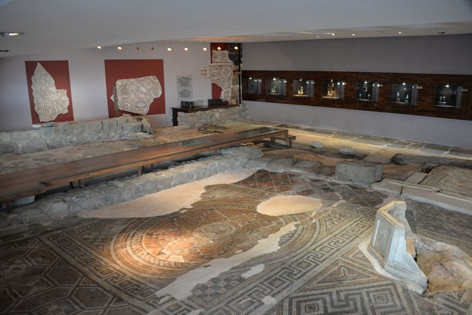 見事なモザイク画を見る事が出来る「トラカルト文化センター」