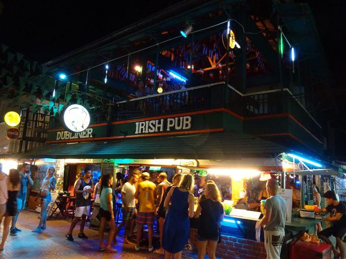 多くの飲食店があり賑やかなトンサイビーチ