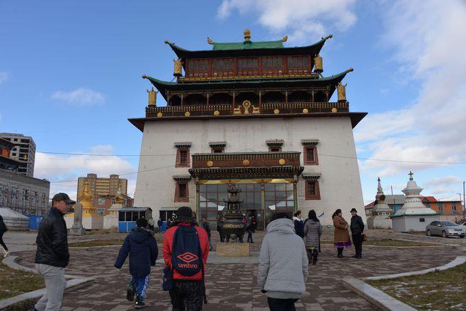 巨大な観音像が見物であるチベット仏教のガンダン寺