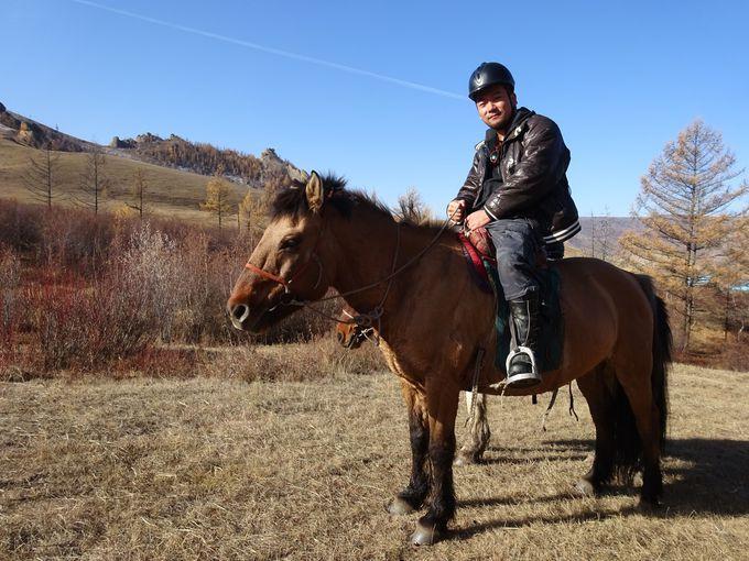 草原の中を馬で疾走