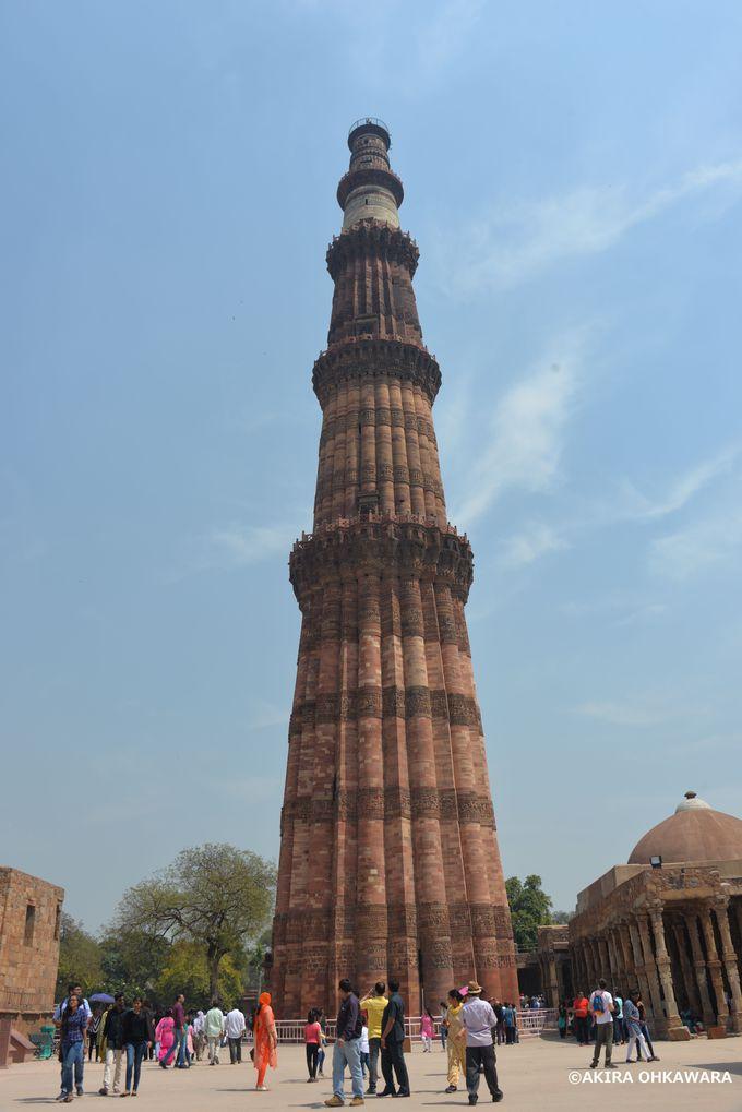 巨大な尖塔がある世界遺産の「クトゥブ・ミーナール」