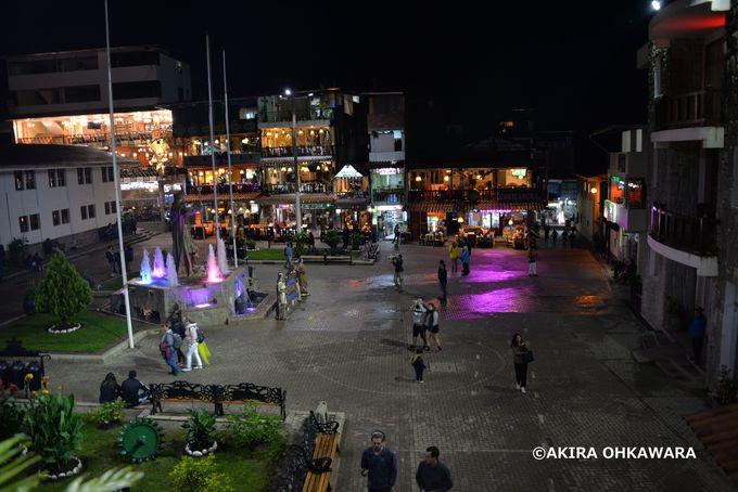 中心のアルマス広場と民芸品市場