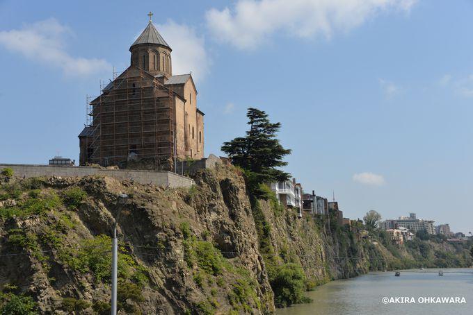 河岸の崖の上に建つ「メテヒ教会」
