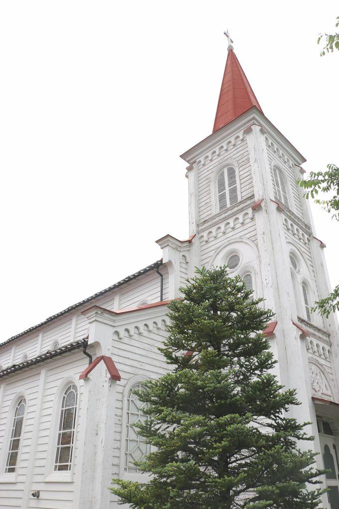 赤い尖塔が目を引く白亜の「カトリック鶴岡教会天主堂」