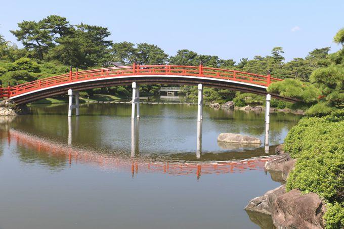 月を招く朱塗りの「邀月橋(ようげつばし)」