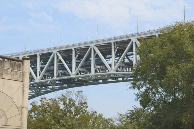 目の前で「瀬戸大橋」が海を越えて島々を繋ぐ