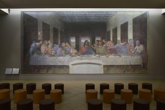 修復前と修復後の絵画を比較する