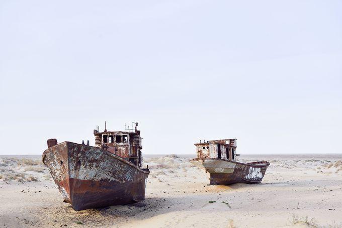 砂漠に突如現れる、数艘の舟たち
