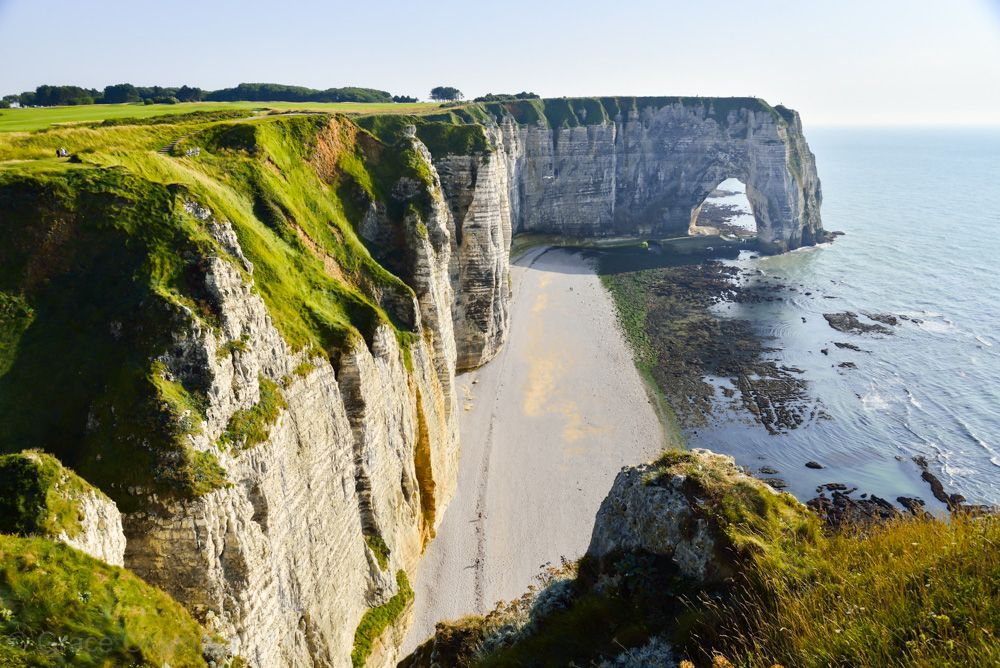 白い断崖、水色の空、青い海、緑の丘・・・絶景の中へ