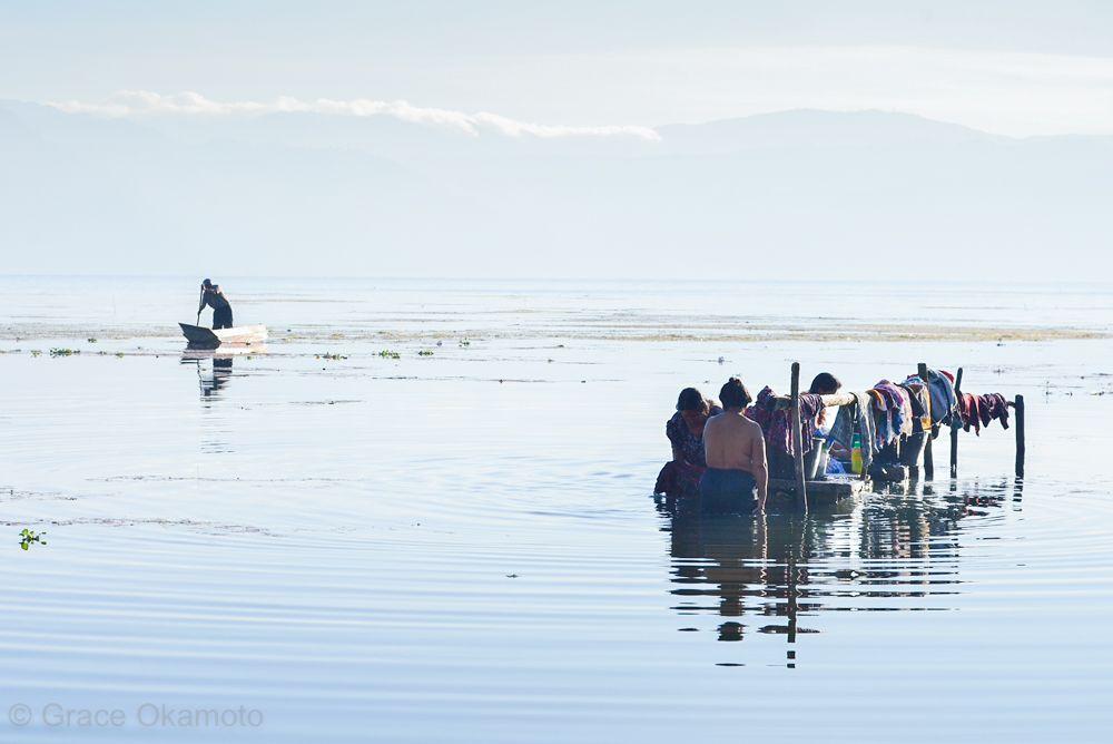太陽と共に生き、湖で漁をし、身体を洗う。昔ながらの生活