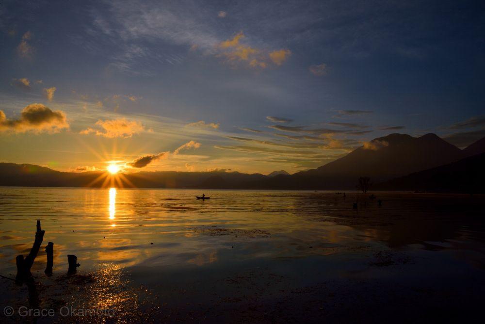 周囲を山に囲まれた、静謐な湖の風景