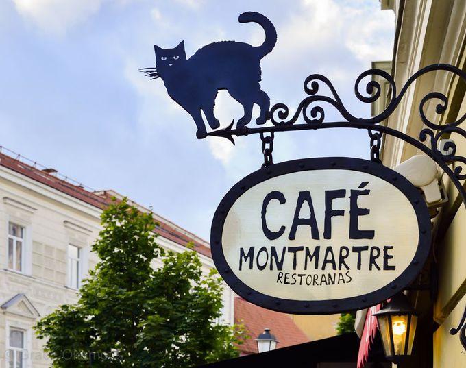 カジュアルで使い勝手抜群!「Cafe Montmartre」は猫の看板が目印