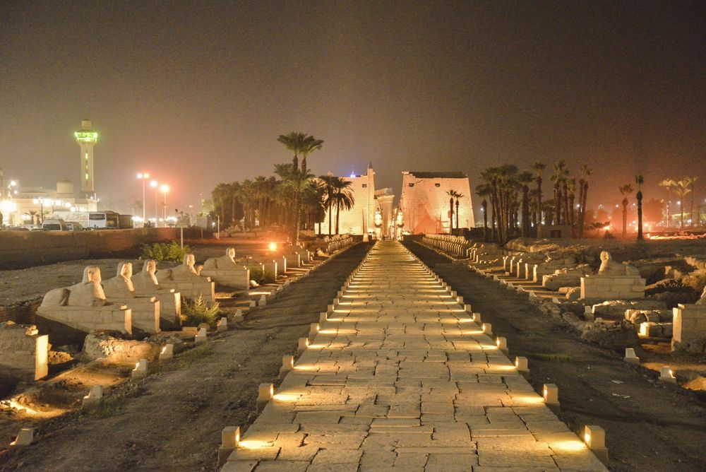 夜も遊べる!ライトアップされた神殿は幻想的