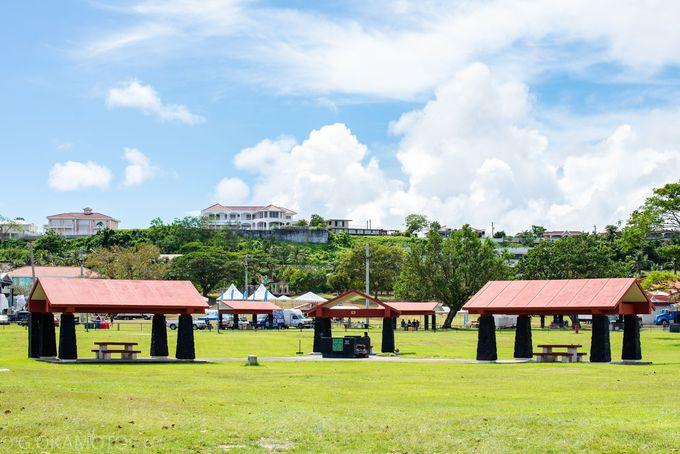 シャワーや遊具、BBQ設備も有り。公園とビーチを楽しむ