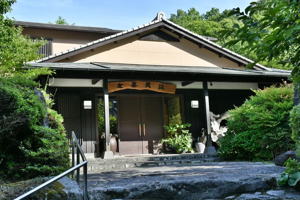 ウェルカム茶菓子でさっそく癒される旅館「御宿 友喜美荘」