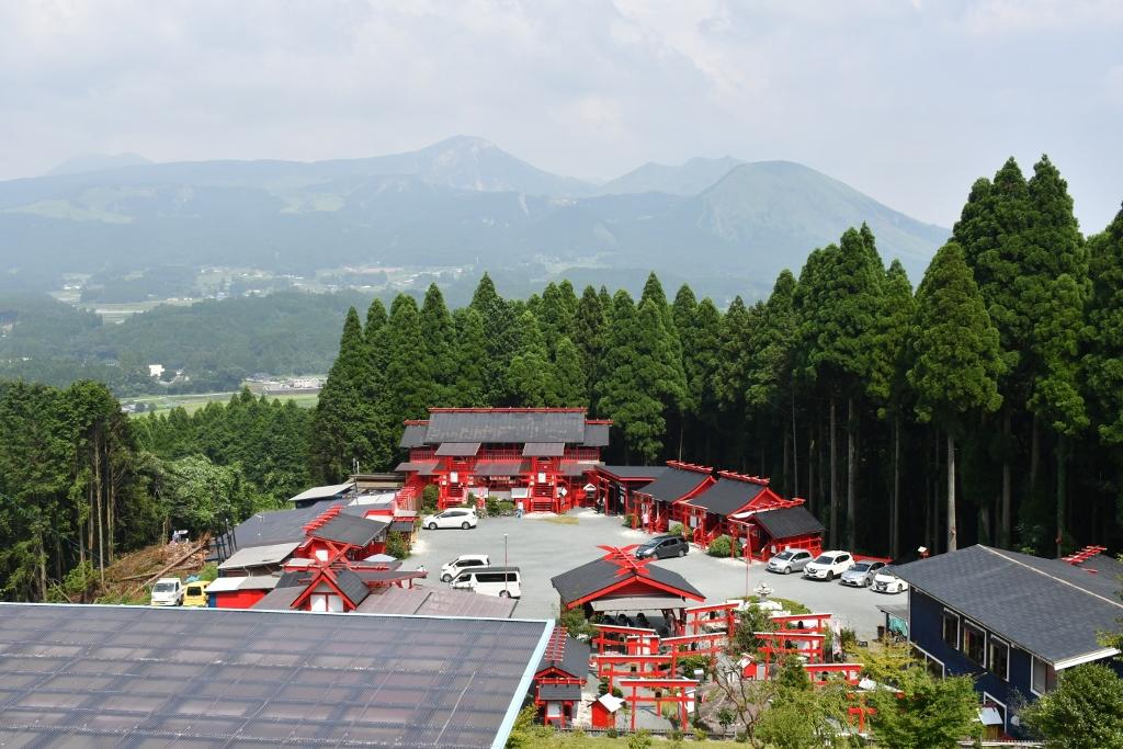 阿蘇五岳を背景にするパワースポット「宝来宝来神社」