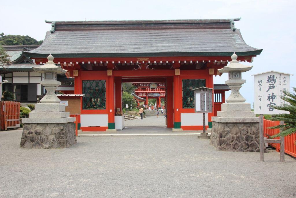 青空を背景に赤く浮かび上がる楼門が美しい「鵜戸神宮」