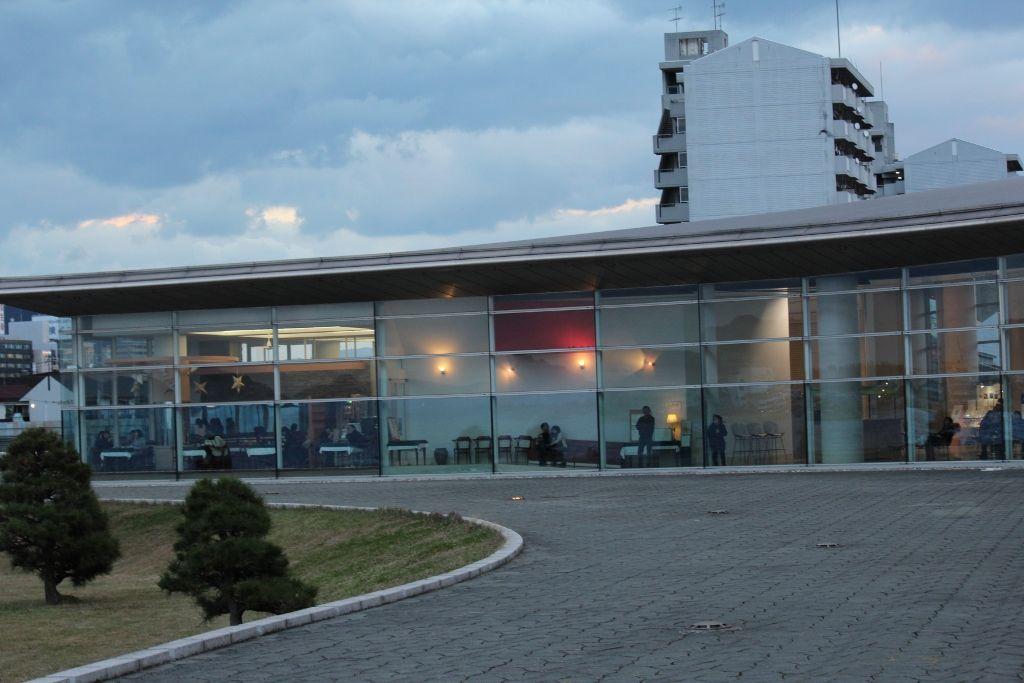 夕陽が見える西側は全面ガラス張りの島根県立美術館