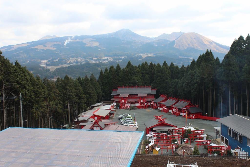 パワースポット阿蘇山を背景にする「宝来宝来神社」