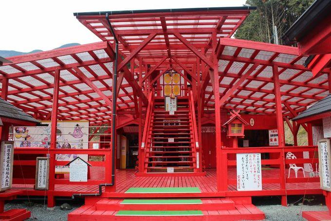 宝くじ当選者から寄贈された拝殿は金運パワースポットの象徴!