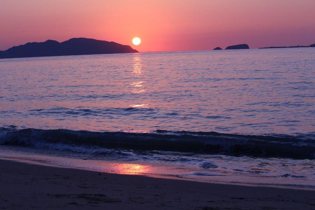 金印と蒙古軍がやってきた方角に沈む夕日