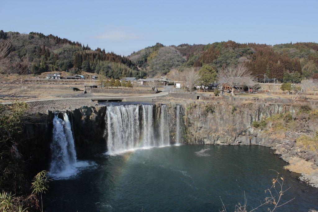 太古に出来た大地を削り続ける「原尻の滝」