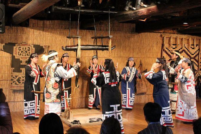 美しいアイヌ民族衣装で舞うアイヌ古式舞踊