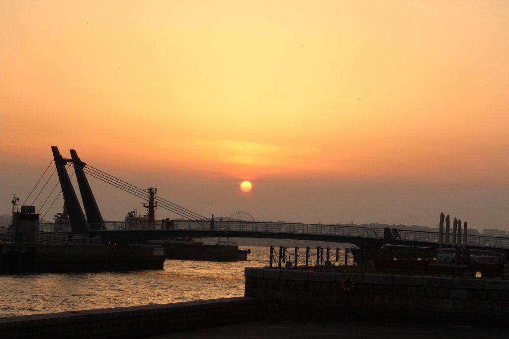 レトロの街に溶け込むロマンティックな夕日