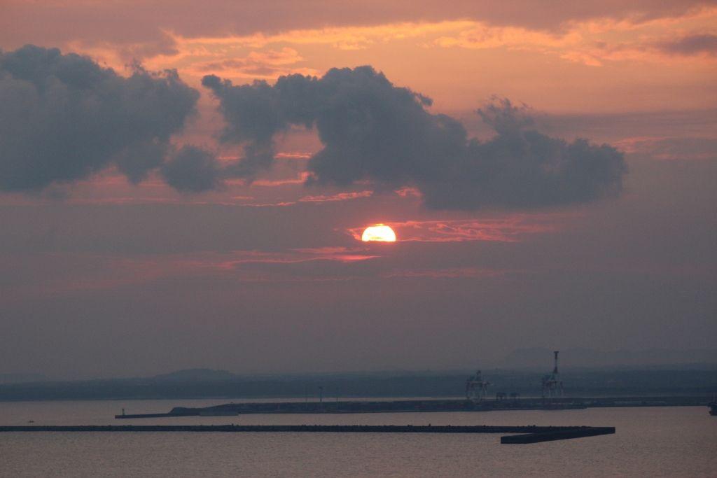 感動的な志布志港に沈む夕日