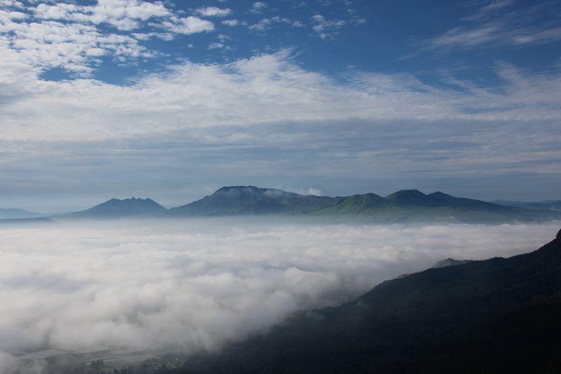 神秘的!阿蘇ミルクロードから望む雲海〜雲海に浮かぶ阿蘇涅槃像と小国郷の山々〜