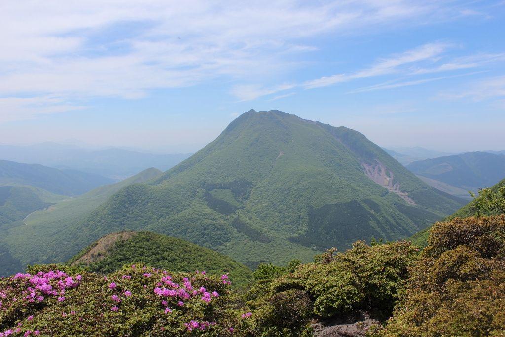 鶴見岳に寄り添う由布院温泉のシンボル「由布岳」