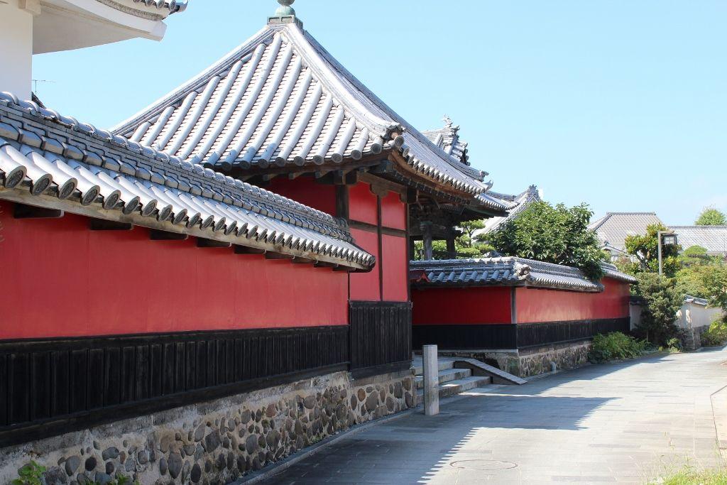 城井鎮房の怨念宿る赤壁「合元寺」