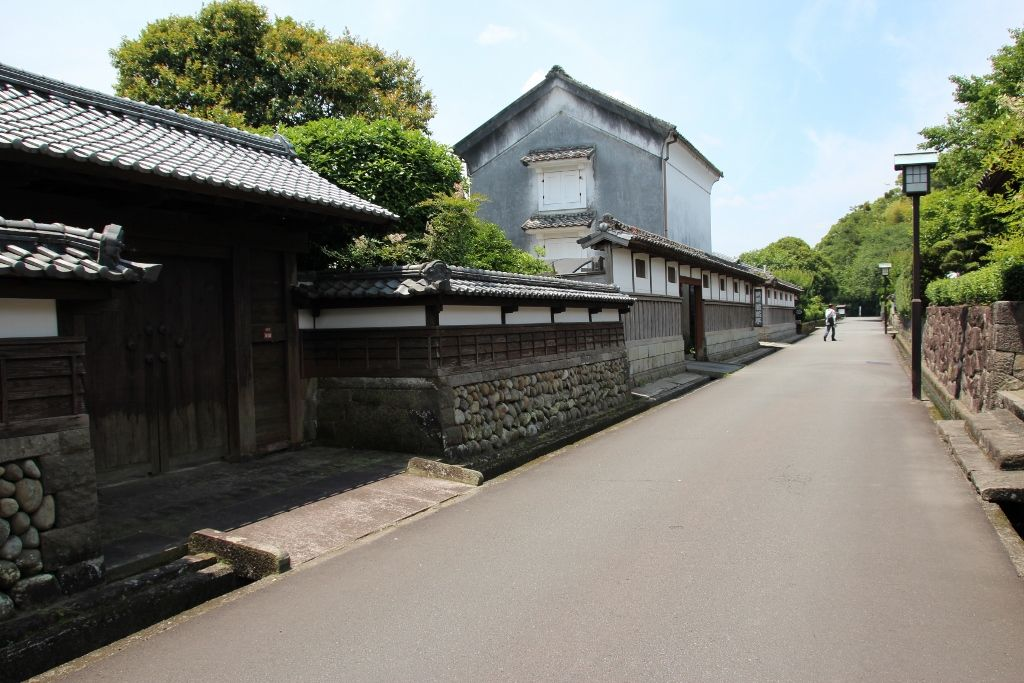 石垣と白壁が美しい「武家屋敷通り」