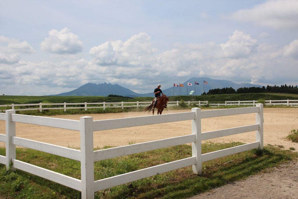 高原を乗馬して楽しめる「エルパティオ牧場」からの阿蘇五岳