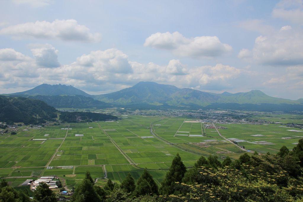 城山展望所から望む阿蘇の田園風景と阿蘇五岳