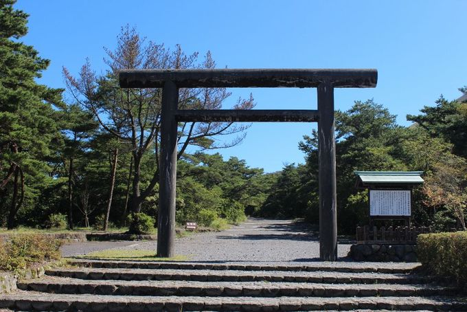 高千穂河原に立つ鳥居は「霧島神宮古宮址」への入り口