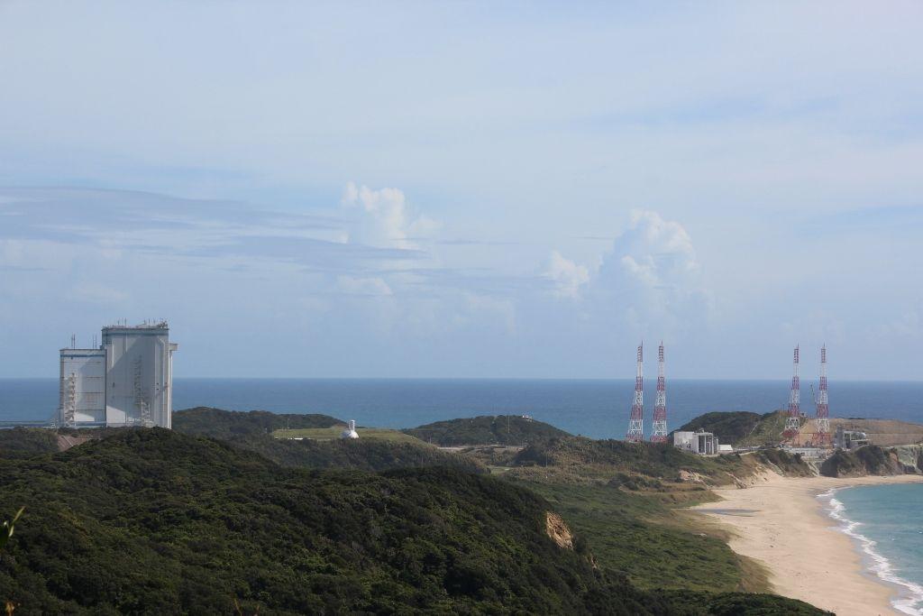 青い海を背景に建つ大型ロケット発射場