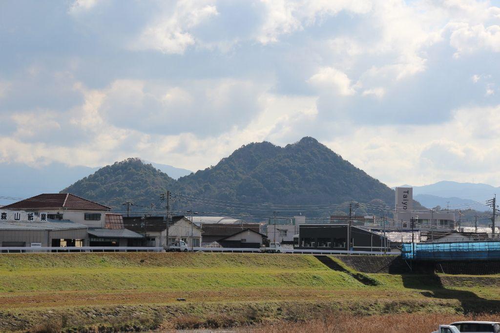 炭鉱繁栄の名残「ぼた山」