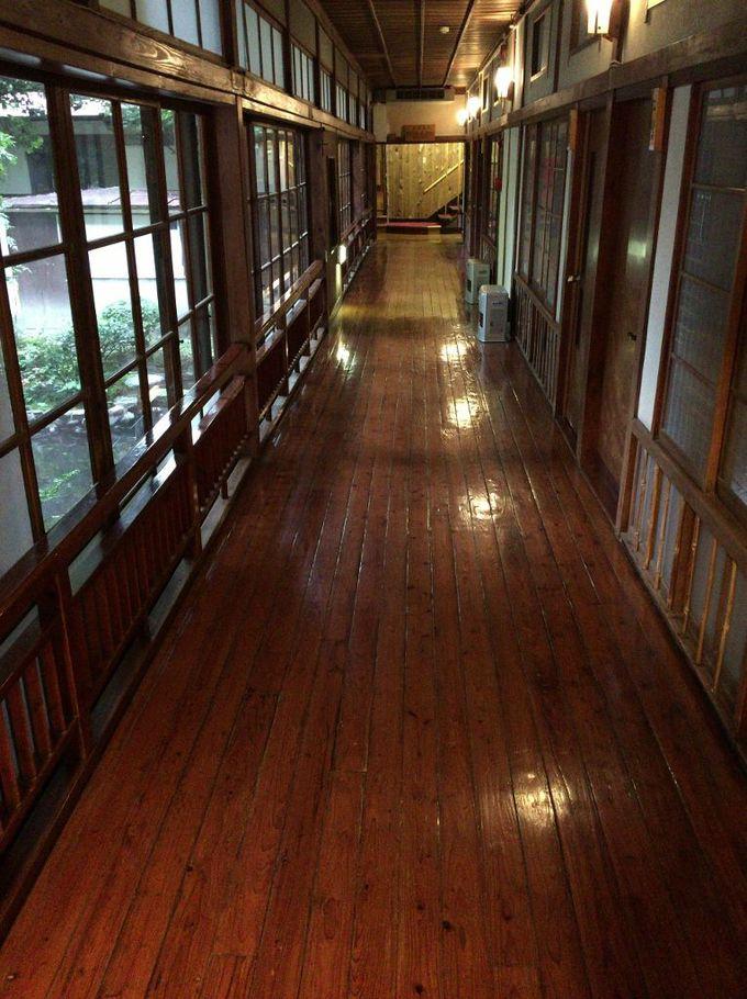 長年磨きあげられた伝統を感じる廊下