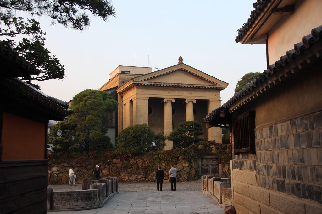 ギリシャ神殿のように立つ美観地区のシンボル「大原美術館」