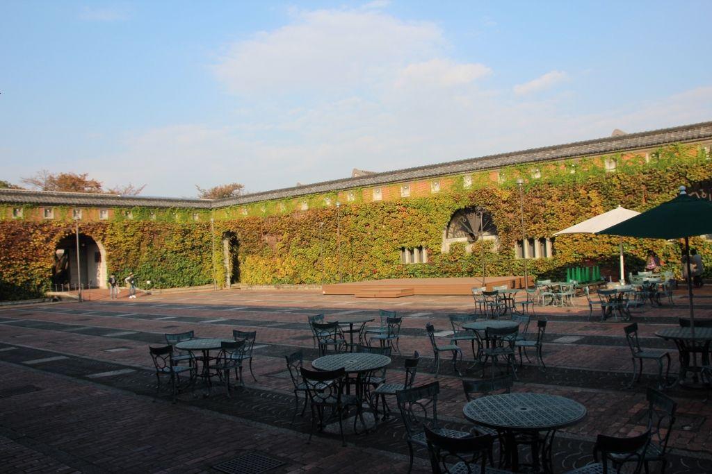 「モネの睡蓮」が浮かぶ蔦の絡まる煉瓦壁が印象的な中庭