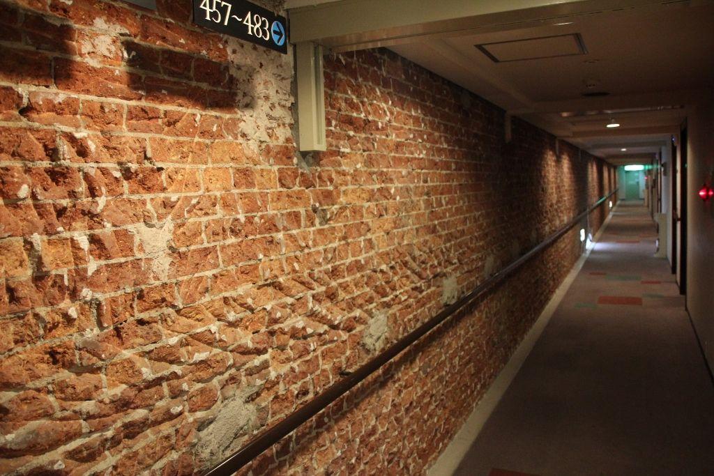 明治時代の労働環境を物語る赤煉瓦の廊下