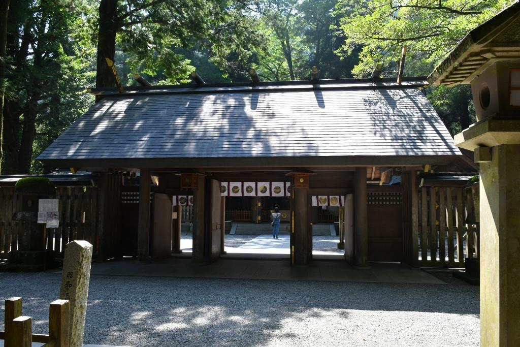 多くの参拝客が訪れる天岩戸神社西本宮