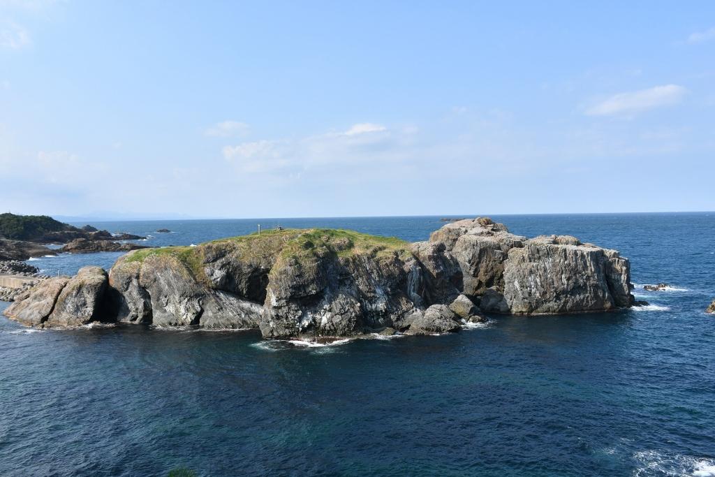 神職以外は立ち入り禁止のウミネコの繁殖地「経島」
