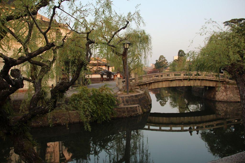 静けさに包まれた朝の倉敷川畔