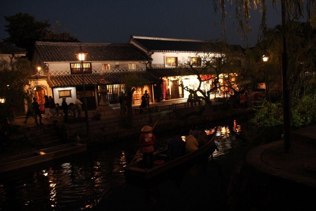 静けさと喧騒!幻想的な照明に浮かぶ・倉敷美観地区「倉敷川畔」
