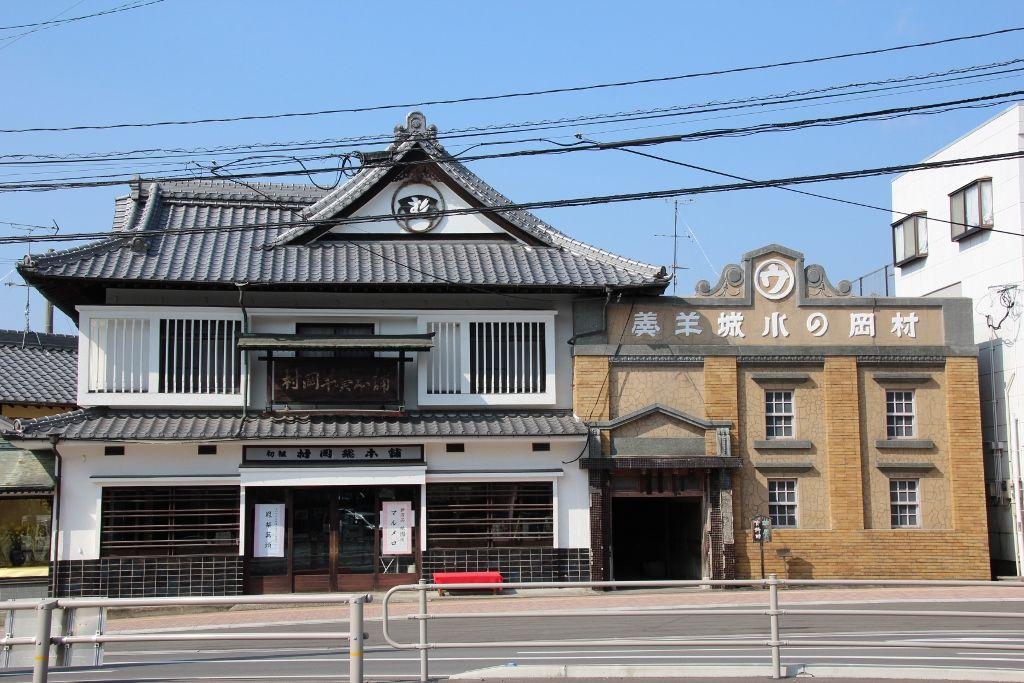 伝統を感じさせるレンガ造りの「村岡屋総本舗 羊羹資料館」