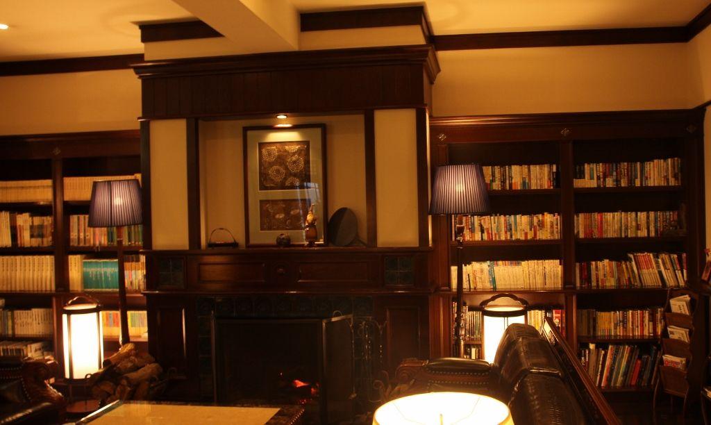 木製調度のぬくもりと、シックで落ち着きある雰囲気のホテルロビー