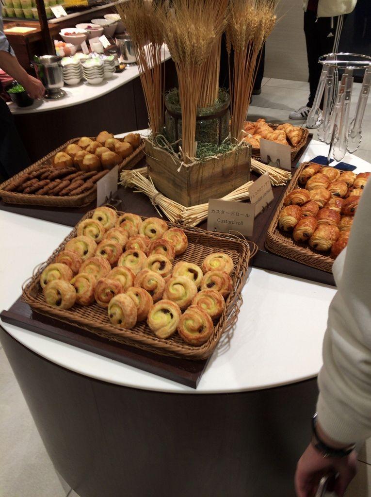 朝食は地元名物も提供される和洋折衷のバフェ