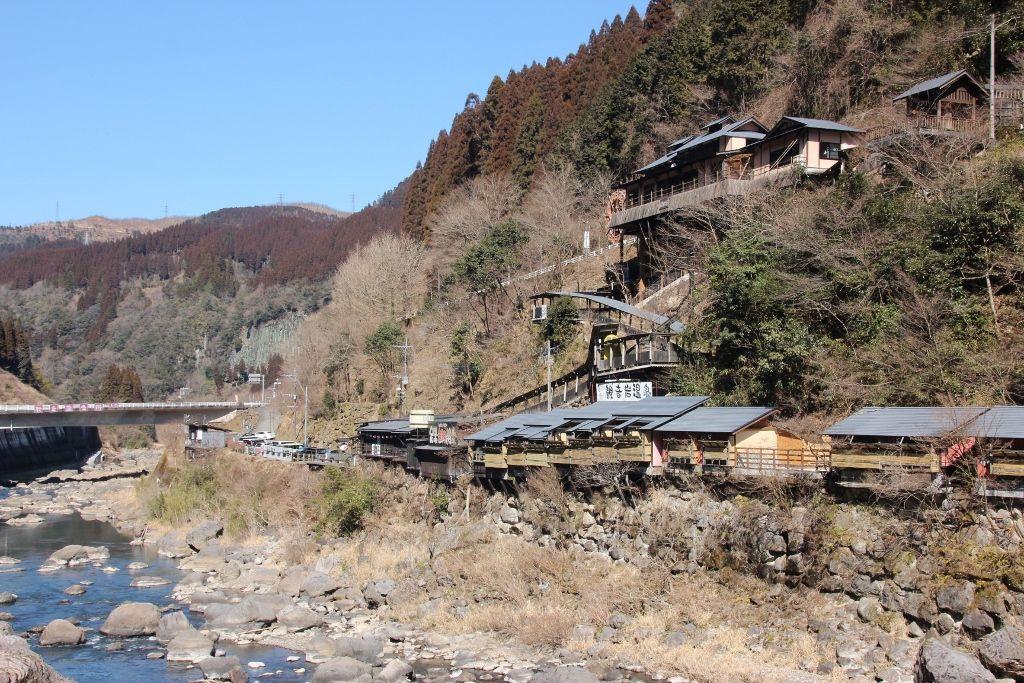 川沿いの絶景が楽しめる観音岩温泉
